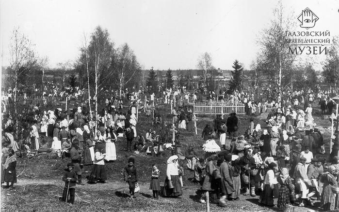 Поминки на городском кладбище. Фото П.А.