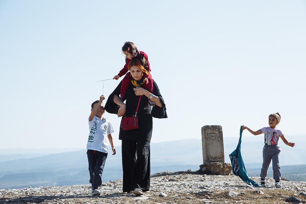 dag_024_Дагестанская семья на прогулке.j