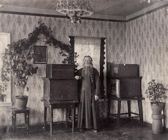 Стефан с экспериментальными ульями. 1908