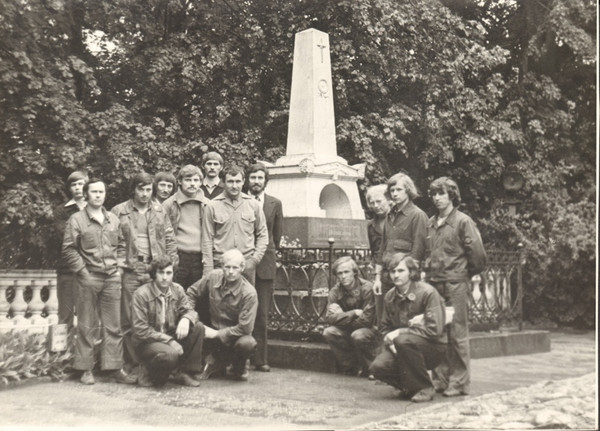 Участники мотопробега у памятника А. С.