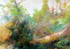 Forêt, arbre vert avec lichens gris, tronc rouge à terre avec mousse verte à terre