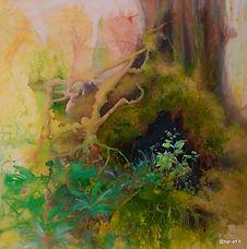 tronc d'arbre avec mousse verte, racines, végétation, lichens et fleurs