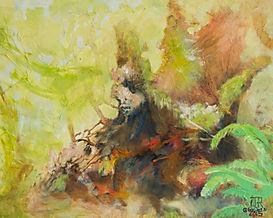 Souche avec lichens et fougères vertes