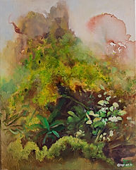Souche rouge avec mousse verte et fleurs blanches