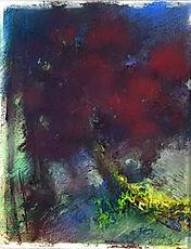 Arbres au feuillage rouge sur fond bleu de nuit tombante.