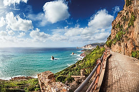 Sardinien_Walkway_along_the_coast_with_h