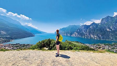 Lago di Garda con persona dal monte Brio