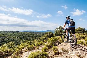 Spanien_-_Male_ebike_rider_taking_a_brea