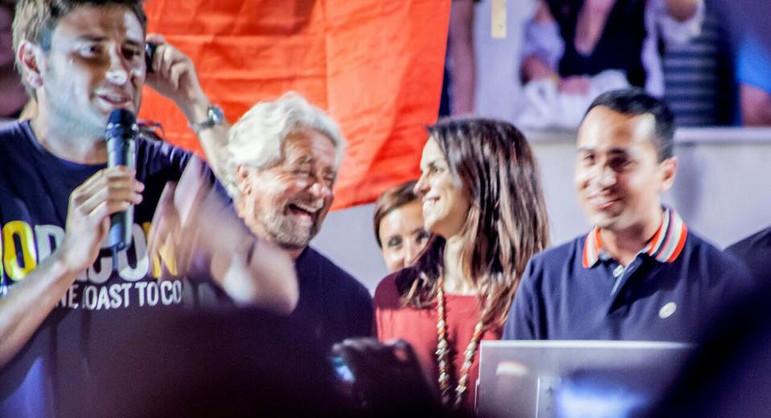 Enrica Sabatini con Beppe Grillo, Luigi di Maio ed Alessandro di Battista