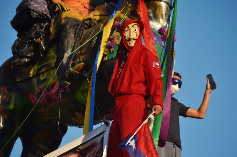 De Pikachu au Joker, les mobilisés aiment à se costumer, aussi bien dans un objectif d'anonymisation que de folklore. Devenu un symbole anti-système, le masque de Dali venu de la série espagnole Casa de Papel est ici arboré fièrement.   « Photo remarquée », au Prix de la Photographie Politique 2020 (Agence VU'/Sciences Po)
