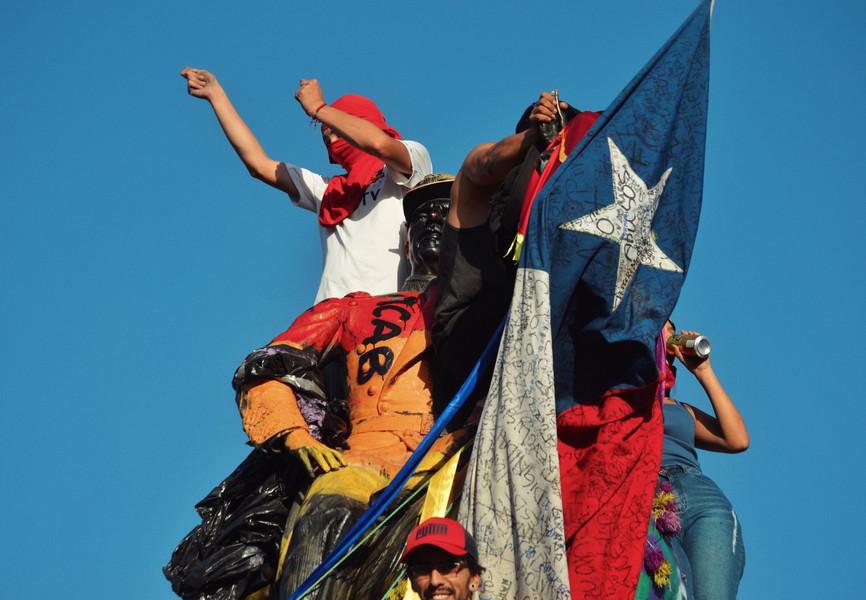 La statue du général Baquedano, symbole la répression des indigènes Mapuche en son temps, a fini par être retirée de la place en mars 2021 par les autorités chiliennes.