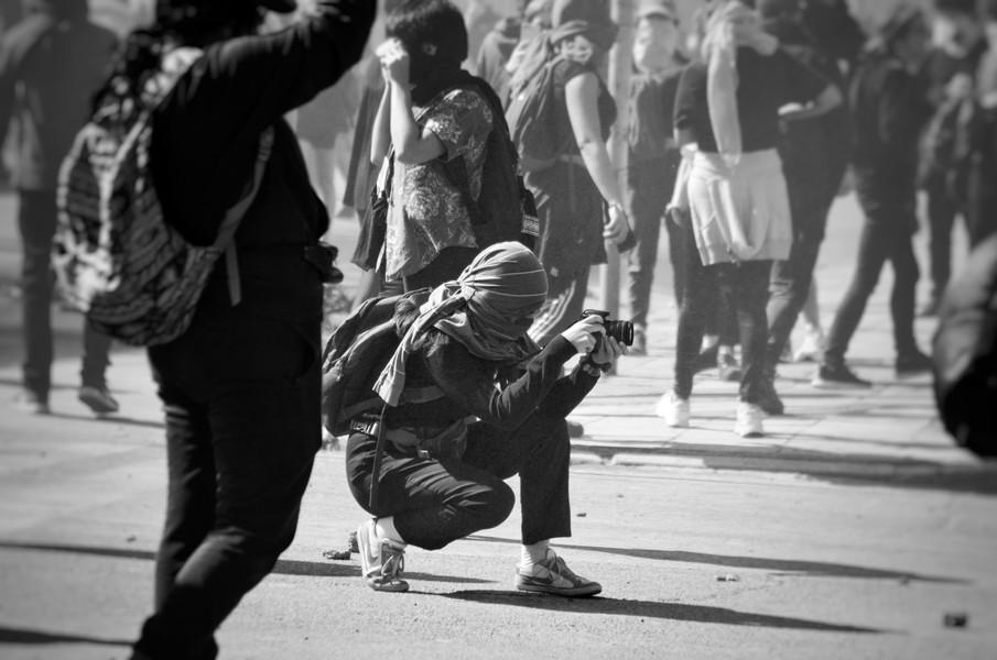 Les premières manifestations débutent sous l'œil de journalistes et observateurs internationaux. Les photographes locaux sont également de sortie pour capturer un mouvement qui s'annonce déjà historique et qui ne semble pas prêt de s'éteindre.
