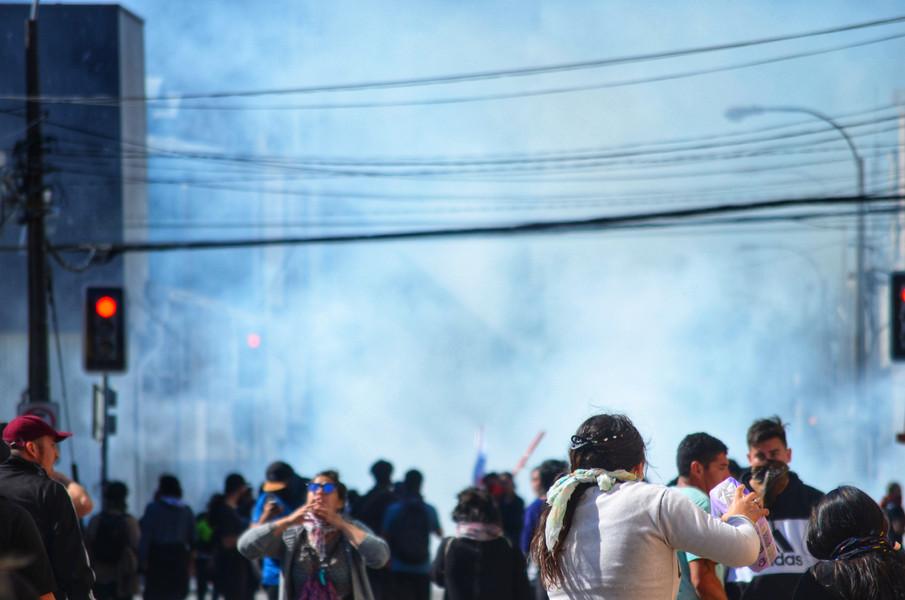 Les gaz lacrymogènes, dont l'odeur restera en permanence dans la ville pendant un an, n'effrayent pas pour autant le peuple, révolté de voir les militaires dans la rue et désireux de changements sociaux. Les fusils d'assaut et des équivalents de flashball coûteront néanmoins la vue, voire la vie, à des centaines de chiliens dès les premières semaines de mobilisation.