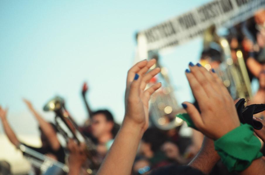 Aujourd'hui, la lutte continue et le peuple semble plus uni que jamais. Une majorité de Chiliens réclament encore et toujours le départ du Président Sebastian Piñera du pouvoir. L'Assemblée Constituante démocratiquement élue en mai promet d'importants changements, étant principalement composée de membres de la société civile et de la gauche chilienne.