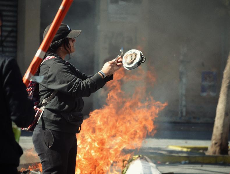 Comme sous Pinochet trente ans auparavant, les casseroles résonnent en manifestation, ainsi qu'à 20h à toutes les fenêtres, en soutien à la lutte populaire. Symbole qui viendrait de France sous la monarchie de Juillet, puis exporté dans le monde hispanophone, la démonstration est d'abord arrivée au Chili en symbole de protestation de la droite contre le Président Allende.
