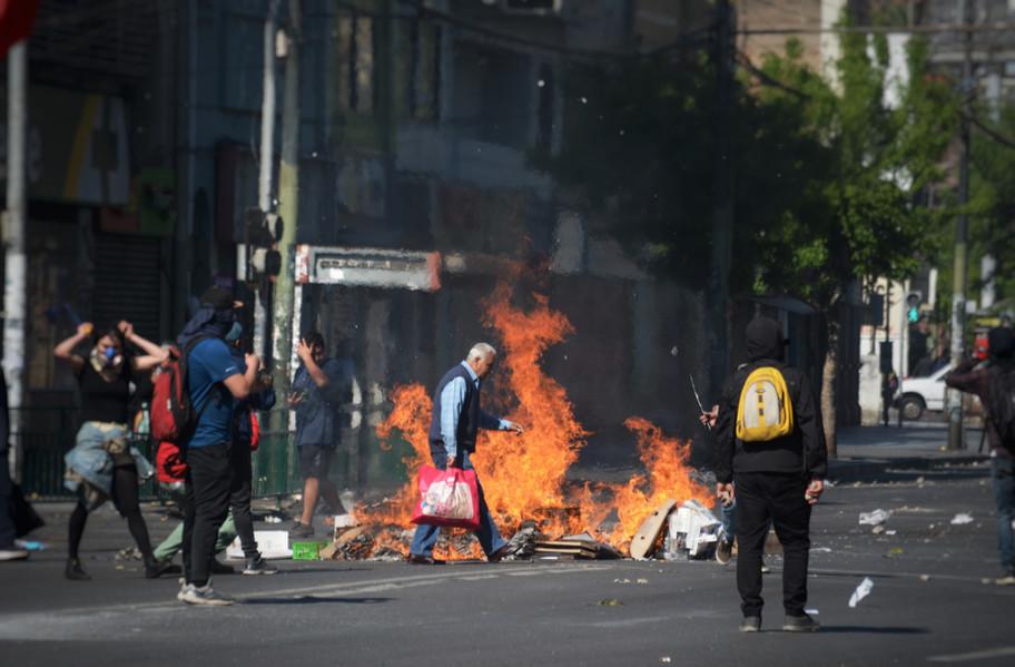 La société chilienne apprend peu à peu à vivre avec ces manifestations perpétuelles, les pénuries liées aux blocages, la fermeture d'une majorité de commerces, mais aussi les cacerolazos (rassemblements de quartiers), qui ne cesseront réellement avant le printemps 2020 et une pause liée au Covid.