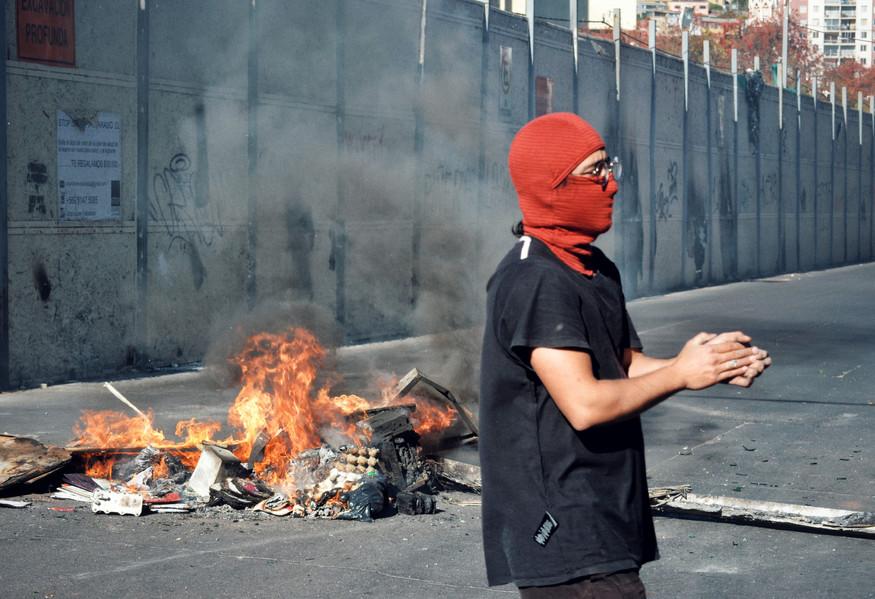 21 Octobre 2019 : la manifestation du jour cherche à atteindre le Parlement, situé à Valparaiso. Elle n'y parviendra pas, car la police est omniprésente autour des lieux et le couvre-feu placé à 18h empêche la mobilisation de perdurer.