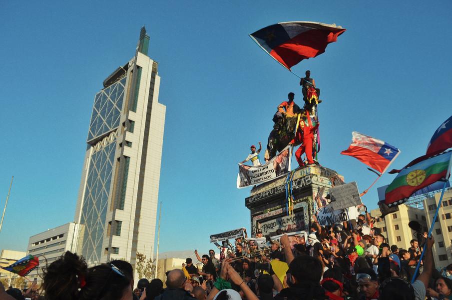 Mars 2020, Santiago : place forte de la lutte, anciennement Plaza Blaquedano. Celle-ci a été renommée Plaza de la Dignidad, en accord avec la revendication du peuple chilien d'être considéré en tant qu'êtres humains dignes et non en tant que simples variables économiques.