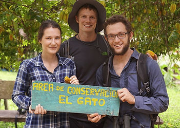 Fauna Forever Interns and Volunteers visiting a Peruvian native community