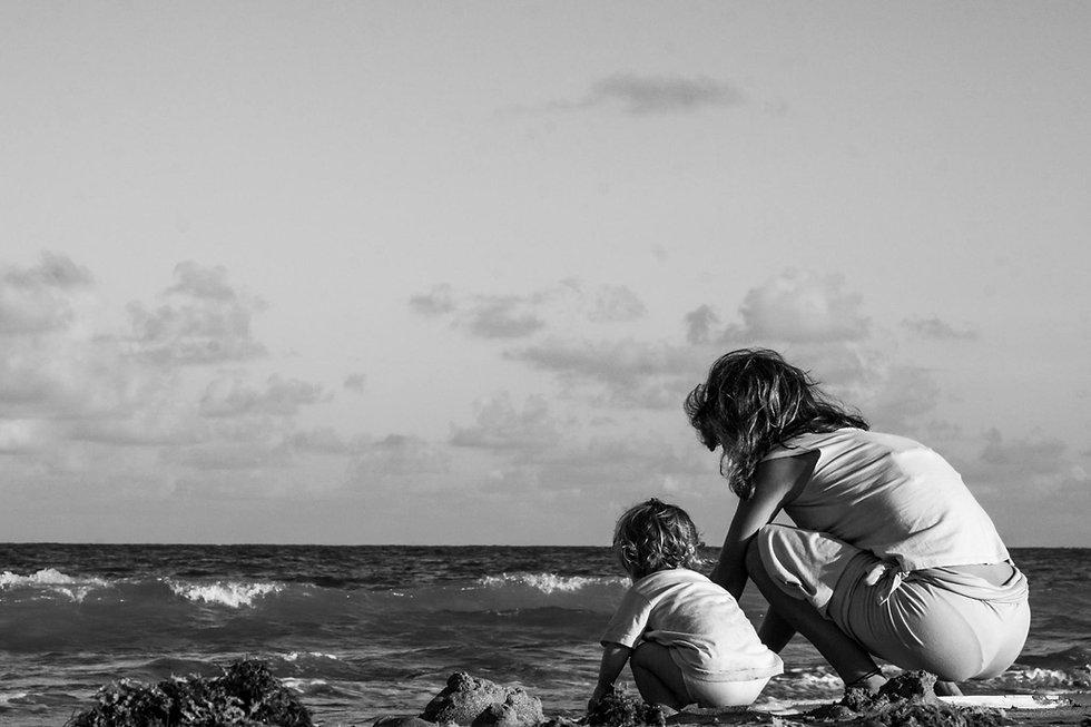 brincando no mar.jpg