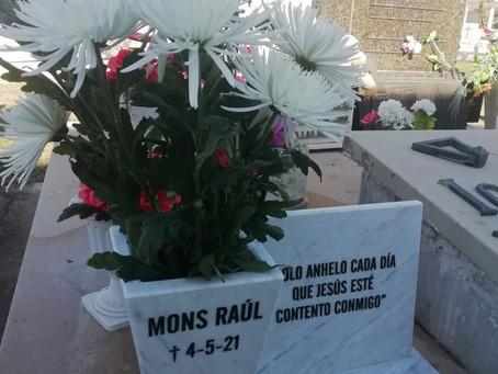 Colocan placa y ofrenda floral al cumplirse 3 meses del fallecimiento del Mons. Raúl Scarrone