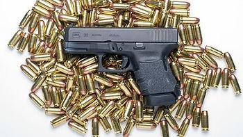 Herr im Garten - BR Cover - glock-pistol