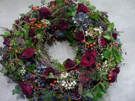 Urnenkränzli Rosen und Beeren.JPG