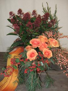 Grabschale mit Schnittblumen Winter
