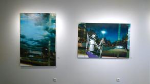 instalace výstavy obrazů od Tomáše Speváka