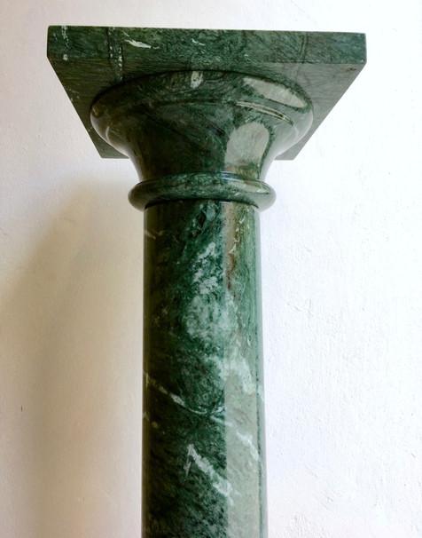 mramorový sloup / podstavec pod sochy z italské oblasti Carrara