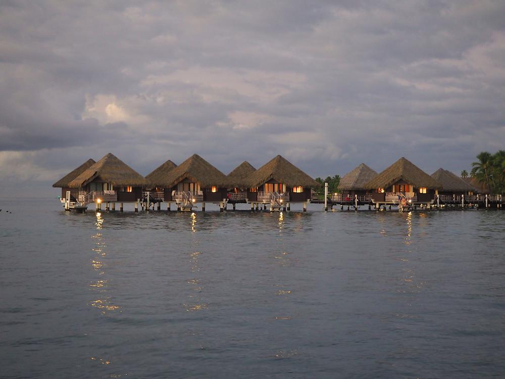 Les bungalows sur pilotis de l'hôtel Intercontinental