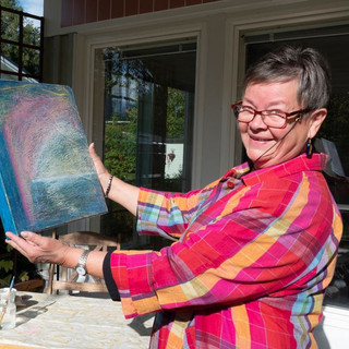 Ulla Hoikka maalaamassa Villa Vinkkelissä Rovaniemi-viikolla