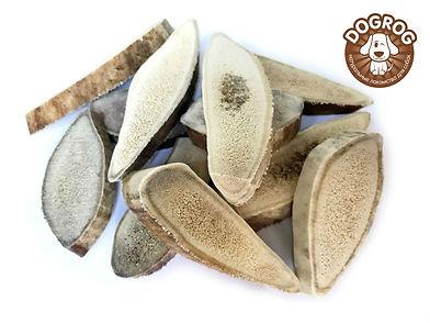 Чипсы из рогов северного оленя - это лучшее лакомство для собак, созданное природой. Чипсы из рогов северного оленя - это натуральный источник кальция, аминокислот, пептидов, липидов, витаминов, марганца и фосфора, а также содержат хондроитин и глюкозамин. В отличии от обычных рогов, чипсы это распиленные рога поперёк, на кусочки определенного размера. Отличительной чертой является, легкодоступность мозгового вещества, что ускоряет попадание в организм собаки всех полезных веществ. Чипсы из рогов северного оленя, в основном, предназначены для миниатюрных и мелких пород собак.