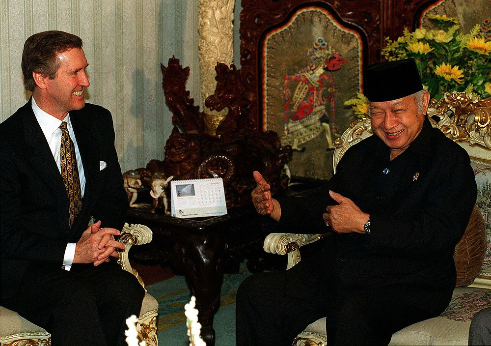 File Photo:Secretary of Defense William Cohen (left) meets with Indonesian President Suharto at his residence in Jakarta on January 14, 1998.  Image: Wikimedia=Wikipedia