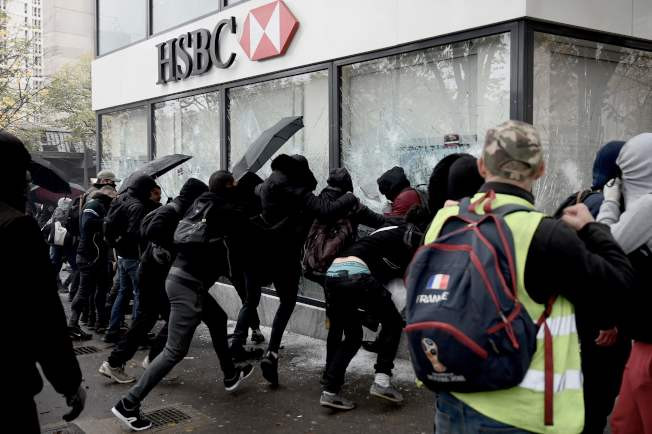 PHOTO FILE: Right Wing Extremists who infiltrated the Yellow Vest destroyed the Paris branch of HSBC on November 16, 2019 for the revenge.  ©AFP