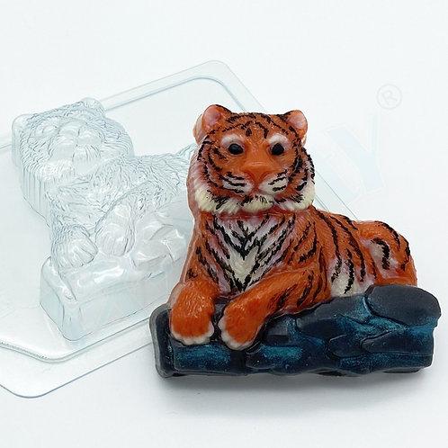 Тигр лежит на камнях