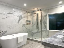 Luxury bath w. soaker tub