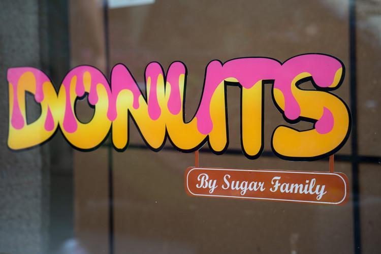 Schriftzug Donuts mit beidseitig bedruckter Blockout Folie