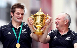 Sir Graham Henry sa chi sostituirà Hansen alla guida degli All Blacks