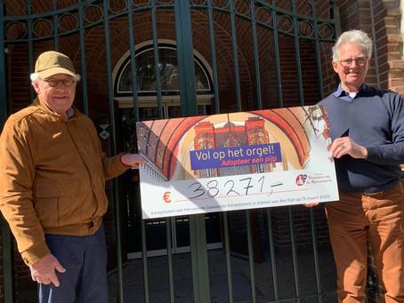 Vrienden van de Adventskerk overhandigen cheques voor restauratie Steinmeyer orgel