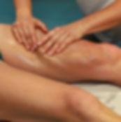 Massaggio sportivo sulla gamba