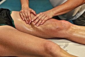 Massage sportif sur la jambe