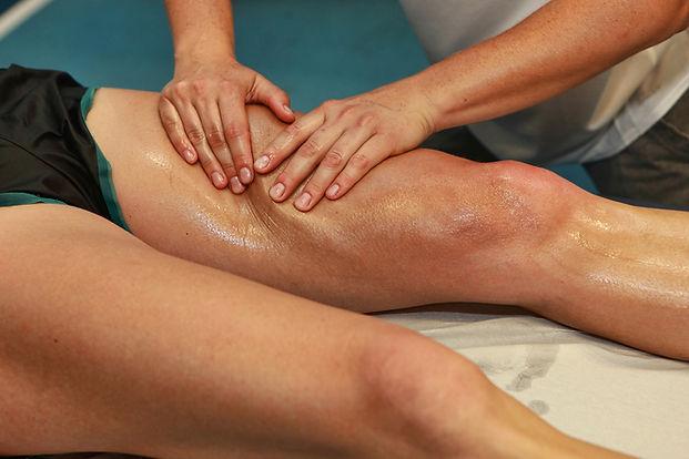 El masaje deportivo en la pierna