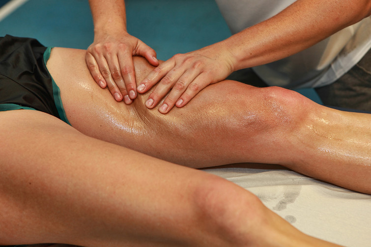 Спортивный массаж на ноге