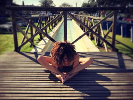 Let it go! Mollare la presa per vivere meglio con lo yoga: qualche riflessione e una sequenza
