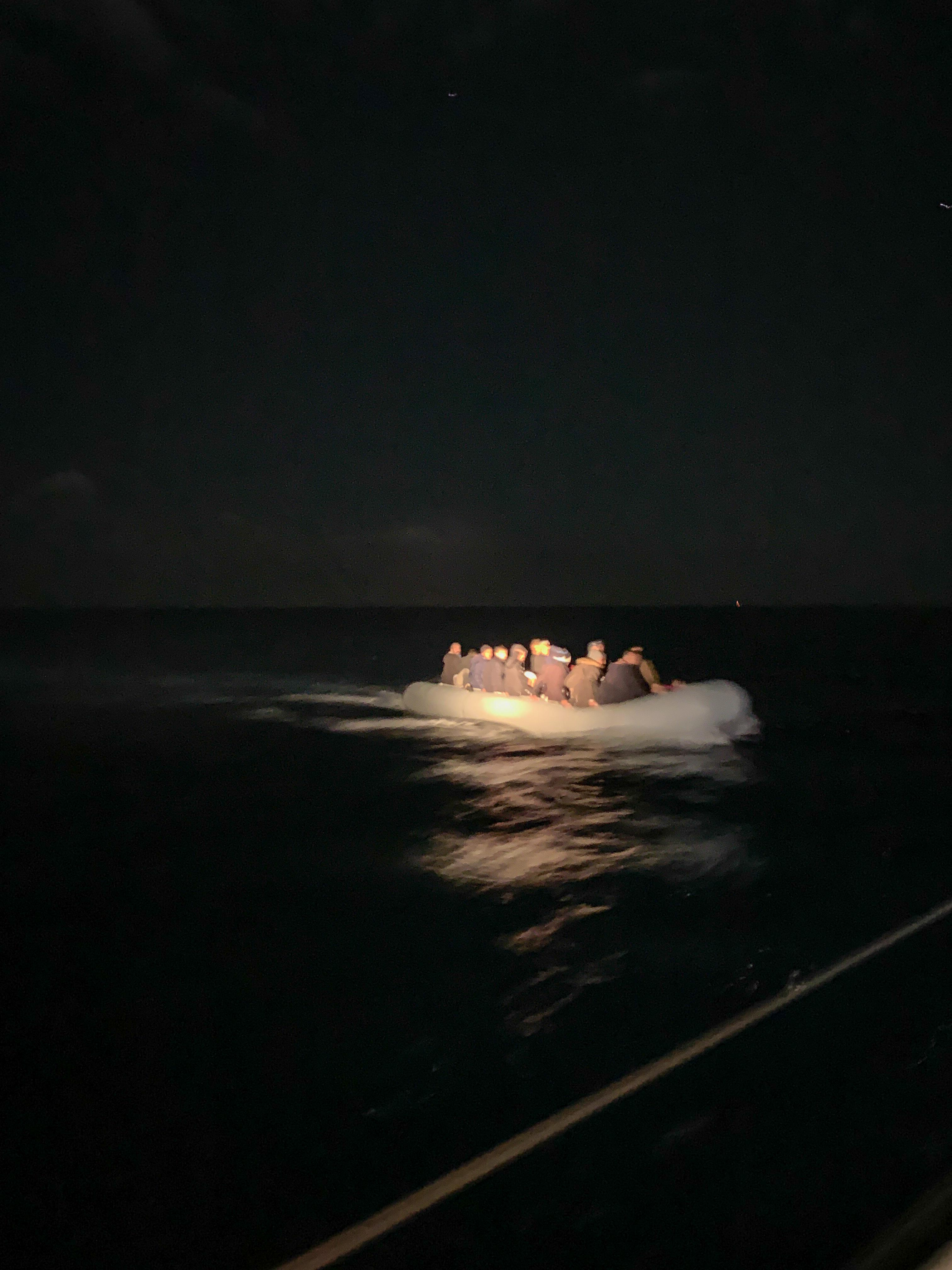 Ein Flüchtlingsboot im Meer zwischen Griechenland und der Türkei