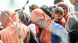 Migranten und Flüchtlinge auf dem Weg zur Essensausgabe