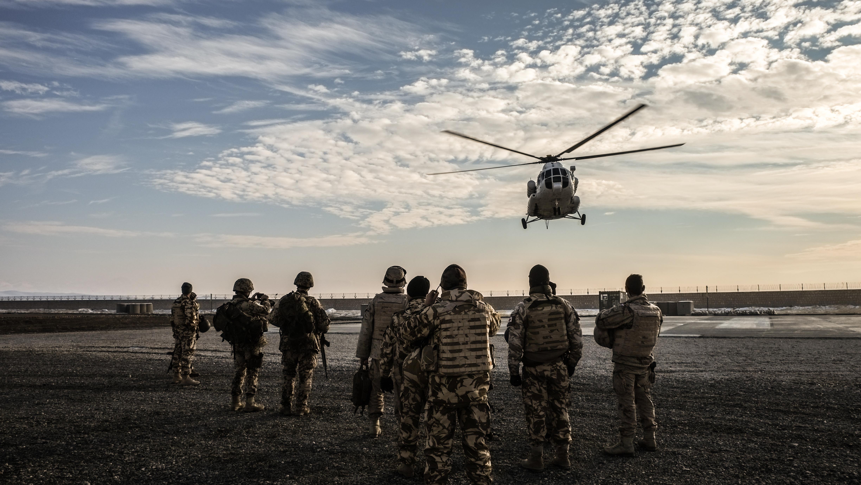Ein Nato-Hubschrauber landet, Soldaten warten aufs Einsteigen