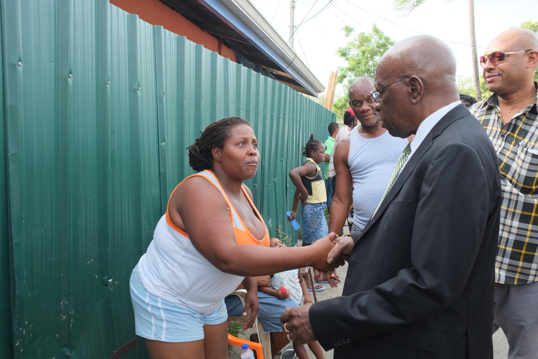 Jack Warner verspricht einer Obdachlosen Hilfe