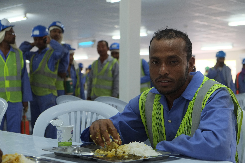 Ein nepalesischer Gastarbeiter beim Mittagessen